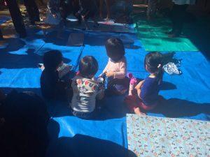 アニメショーを見る子ども